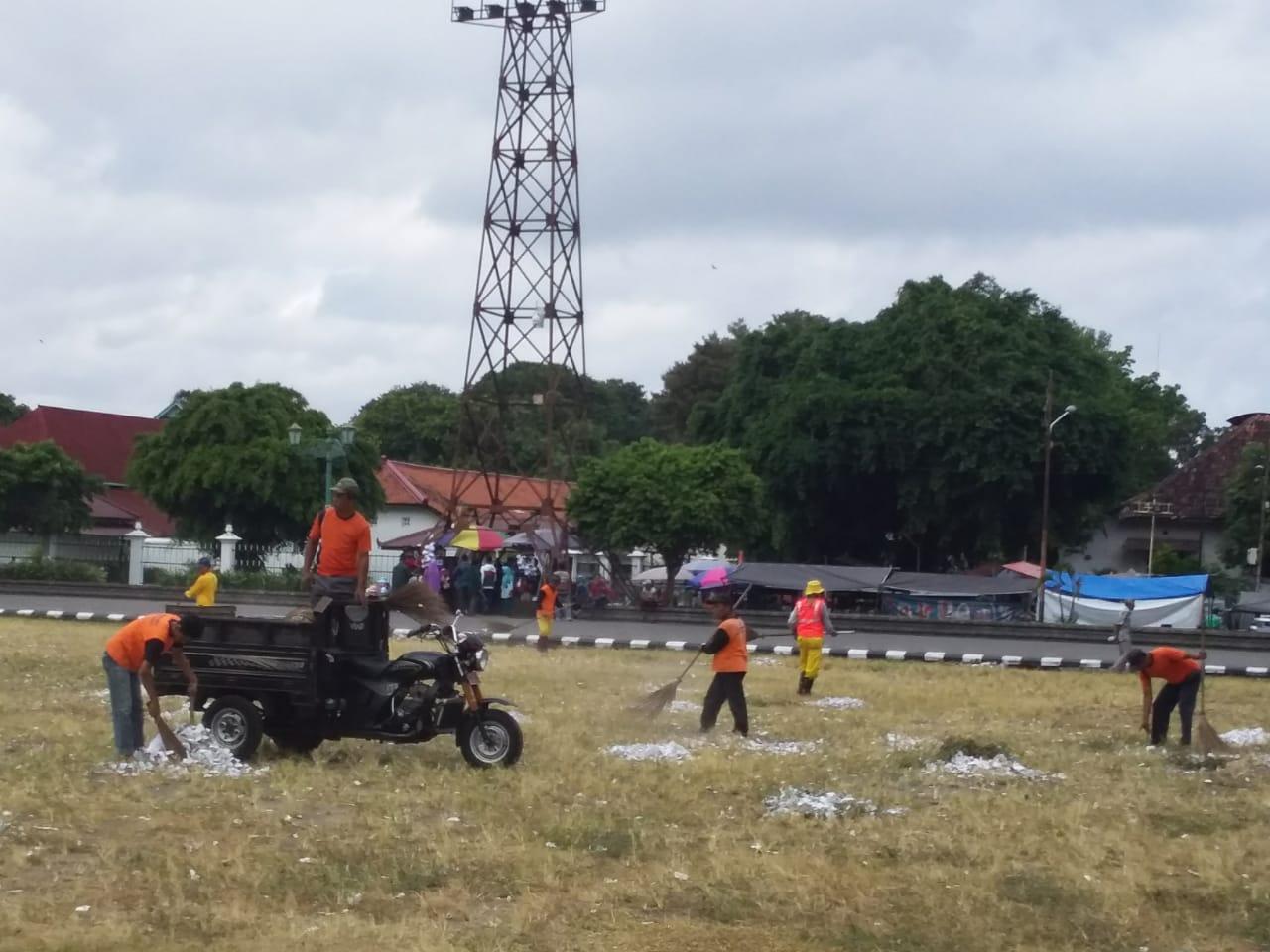 DLH Bersihkan Sampah Akibat Petasan di Alun-alun Utara