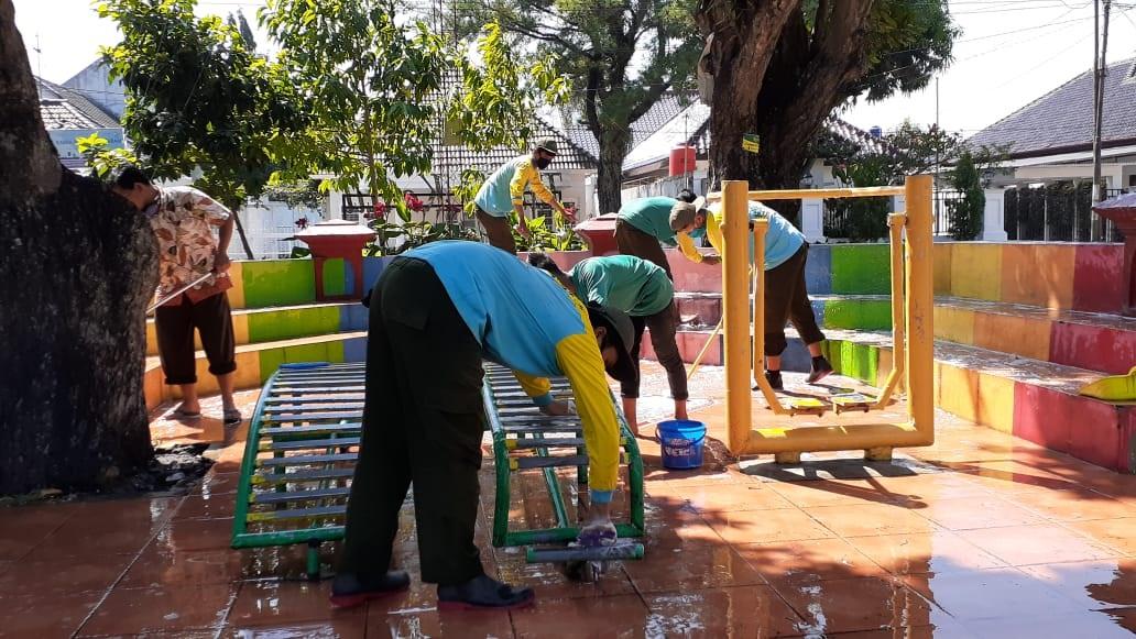 Pencucian Sarana dan Prasarana RTHP Taman KANTIL, Kelurahan Baciro, hari Selasa, tanggal 16 Juni 202